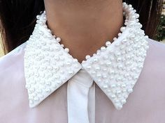 Loving these collar ideas! Planning a DIY pearl sewn collar for the weekend join me! Fashion Details, Diy Fashion, Ideias Fashion, Fashion Tips, Do It Yourself Fashion, Collar And Cuff, Beaded Collar, Studded Collar, Collar Pin