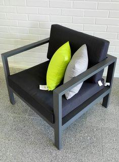Reilu alumiinirunkoinen lepotuoli jossa istuminen on mukavaa, rentoutta lisäämässä sisustustyynyt. Kaikki tekstiilit on suunniteltu ulkokäyttöön. Talsalan Kaihdin Raisio