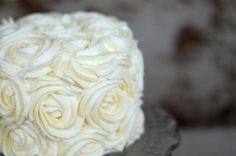 Step-by-step tutorial with lots of pictures on how to decorate your cake with the prettiest rose swirl frosting <3