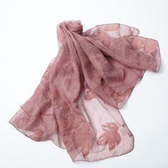 【CELESTE】落ち着いたピンクの生地に、大きな花柄がプリントされたストール。  大人の女性のしなやかさが表現されたアイテムです。