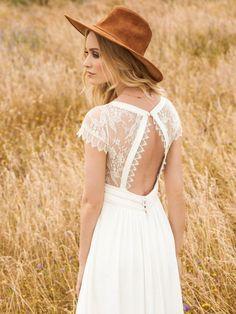 Rembo styling — Kollektion 2017 — Aimee: Raffinierten Spitzenärmelchen und dem subtilen V Ausschnitt. Der Rücken des Kleides ist ein richtiger Hingucker!