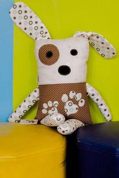 Cachorrinho em tecido bordado. Corpo bordado com a logo do cliente . Sob encomenda consulte estampas disponíveis.