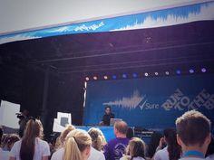 Tom se apresentando na Run to the Beat, em Wembley, na Inglaterra #CoberturaTWBR (via @sureuk)