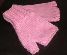 Knitting Patterns Gloves This is one easy knit fingerless glove pattern and will only take you a couple hours to finish. Beginner Knitting Patterns, Easy Knitting, Knitting For Beginners, Knitting Socks, Knitting Ideas, Knitting Squares, Knitting Paterns, Loom Knitting, Knitting Needles