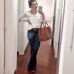 BÁSICOS. Quando a criatividade não comparece, são elas que falam mais alto. As peças básicas.com.br. Um jeans e uma camisa branca. Essa nem é branca. É encardida. Off-white. Quem não tem uma no armário? Pronta para cumprir as tarefas da tarde.  #lookopinobox #lookdetrabalho #básico #basics #essentials #campinas #instacampinas