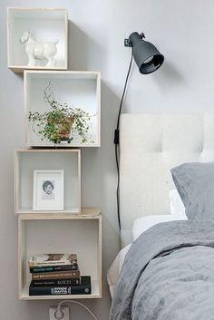 Une table de chevet faite maison décore la chambre