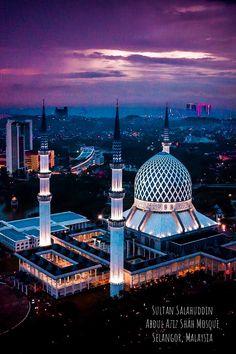 Sultan Salahuddin Abdul Aziz Shah Mosque in Selangor, Malaysia. The Sultan Salahuddin Abdul Aziz Shah Mosque is the state mosque of Selangor, Malaysia. It is located in Shah Alam. Muslim Images, Islamic Images, Islamic Art, Mosque Architecture, Sacred Architecture, Beautiful Mosques, Beautiful Buildings, Beautiful Beautiful, Beautiful Places To Travel