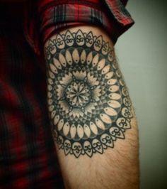 Photo : Tatouage mandala très géométrique, sur l'intérieur du coude