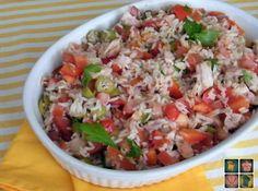 No creo que se hagan dos ensaladas de arroz iguales, ingredientes: arroz y lo que se tenga en la nevera, estupendo para reciclar y vaciar l...