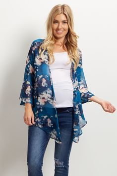 The gorgeous hues and floral print alone will make you fall in love with this maternity kimono. This versatile essential is easy to throw on and take off and will transform any basic outfit into a feminine ensemble. Style with a statement necklace and boots for a complete look.