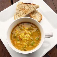 Soupe réconfortante à l'orzo Cette soupe est idéale pour les jours où on a la gorge qui picote ou le nez qui coule… c'est comme du réconfort dans un bol ! Ell