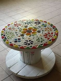 Beautiful Tables Made with Cable Reels ♻️ 😍 Mosaic Garden Art, Mosaic Tile Art, Mosaic Diy, Mosaic Crafts, Mosaic Projects, Mosaic Glass, Wooden Spool Tables, Wooden Spools, Mosaic Furniture