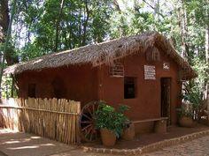 Casa do Caboclo, exemplo de moradia rústica, feita de pau a pique. Bungalow, Indian Bedroom Decor, Bamboo House Design, Building A Treehouse, Mud House, Village House Design, Cheap Houses, Cabins And Cottages, Earthship