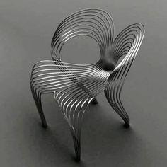 Cadeira Arad, de Ron Arad para a italiana Moroso. Feita de fio de aço inoxidável e com forma escultural.