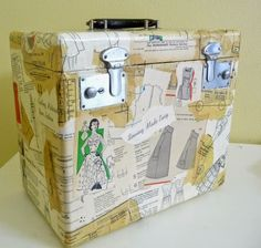 Rainy Day Sewing: Decoupaged and Altered Singer Featherweight Case - nice tutorial Sewing Crafts, Sewing Projects, Ugly Cat, Featherweight Sewing Machine, Quilting Board, Antique Sewing Machines, Pocket Organizer, Craft Show Ideas, Train Case
