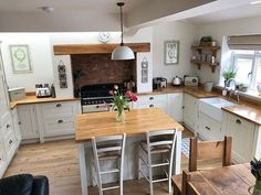 Over the years, many people have found a traditional country kitchen design is just what they desire so they feel more at home in their kitchen. Small Kitchen, Kitchen Remodel, Kitchen Dining Room, Country Kitchen, Kitchen Diner, Home Kitchens, Kitchen Layout, Kitchen Renovation, Kitchen Design