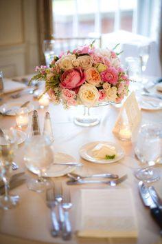 Un precioso centro floral para una mesa de #boda