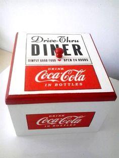 Caixa porta gelos com tampa e puxador. Por dentro vem acompanhada de uma caixinha de isopor. <br>Pode ser levada à mesa ou para onde você necessitar guardar bebidas ou alimentos geladinhos. <br>Tema coca-cola em alta. Linda e super útil!
