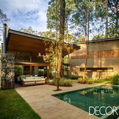Projetada pelo escritório de arquitetura Weber Arquitectos, moradia revela elementos em madeira que remetem ao estilo rústico, além de peças de decoração e mobiliário contemporâneas. Localizada no México, a residência preserva e contempla os espetáculos da natureza que a cercam.