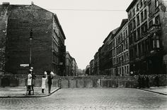 1872 1961 Will Mcbride, Babys Zeigen an der Mauer, Berlin (