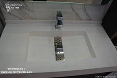 Exposición de nuestra tienda Exclusivas Joma en Tres Cantos. Ambiente diseñado con materiales en pared de Neolith Calacatta de 6mm, mueble de baño a medida de Visobath con encimera de Solid Surface en blanco mate, grifería lavabo de Carlo Frattini, y grifería de ducha empotrada con jets y rociador de techo de Grifería Tres. Ducha extraplana textura pizarra en gris marengo y mampara de ducha de Novellini plegable. Tarima flotante de Kronoswiss en roble grisáceo. Mas info en…