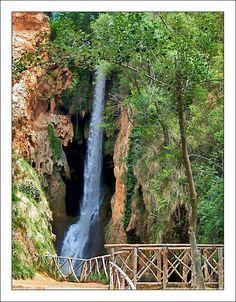 MONASTERIO. la Cola de Caballo cayendo por delante de la Cueva Arco Iris.