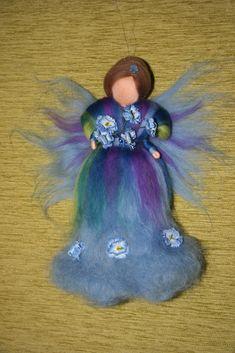 Víla Pomněnka Víla je filcovaná jehlou na sucho z barvené ovčí vlny, vysoká26 cm. Víla je určena pouze pro dekoraci,lze zavěsit do dětského pokojíčku, ale není to hračka. Prosím neprat, možno jemně oluxovat či otřít vlhkým hadříkem.