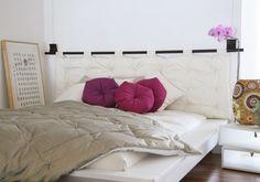 Cabeceira Futon , da Futon Company, com revestimento de sarja, enchimento de fibra, varão de madeira e alças de couro. Confira outras opções de cabeceiras para cama de casal no WebCasas: http://www.webcasas.com.br/revista/materia/decoracao/238/25-cabeceiras-para-camas-de-casal/