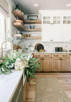 la céramique e tout Réal aime beaucoup les cabinets vitrés Kitchen Redo, Home Decor Kitchen, Kitchen Interior, New Kitchen, Kitchen Remodel, Earthy Kitchen, Two Toned Kitchen, Stylish Kitchen, Kitchen Taps