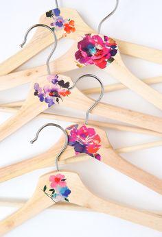Süße Idee für einen offenen Schrank l Bügel bemalen l Kleiderbügel l DIY Wooden Hanger Makeover