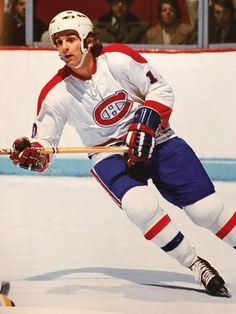 Guy Lafleur with the helmet, an unfamiliar sight. Bruins Hockey, Hockey Teams, Hockey Players, Ice Hockey, Nhl, Montreal Canadiens, Hockey Pictures, Hockey Rules, Baseball Classic