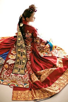 Pretty lady in National costume of Korea - the hanbok. Korean Traditional Clothes, Traditional Fashion, Traditional Dresses, Traditional Wedding, Korean Hanbok, Korean Dress, Korean Outfits, Ethnic Fashion, Asian Fashion