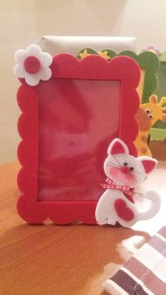 easy flowers - Portafoto feltro gattino Best Picture For decorations design For Your Taste You are looking for s - Hand Crafts For Kids, Sewing Projects For Kids, Diy Arts And Crafts, Felt Crafts, Diy For Kids, Paper Crafts, Diy Crafts, Frame Crafts, Diy Frame