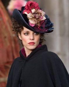 Rachel McAdams, Irene Adler - Sherlock Holmes directed by Guy Ritchie (Costume Design by Jenny Beavan) Irene Adler, Holmes Movie, Victorian Hats, Victorian Fashion, Cooler Look, Fancy Hats, Look Vintage, Vintage Dress, Beauty