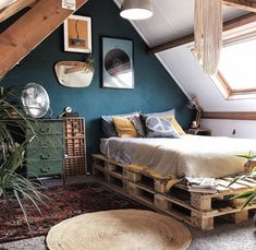 Cama de Palete: 32 Modelos + Fotos e Como Fazer Cozy Bedroom, Bedroom Decor, Bedroom Ideas, Bed Ideas, Master Bedroom, Bedroom Rustic, Pretty Bedroom, Decor Ideas, Ikea Bedroom