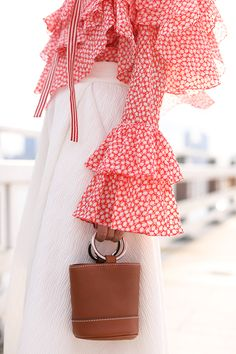 ruffled sleeves paired with bucket bags for summer