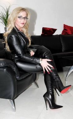 Boots are really stylish and there is wide option from flat-heels to stilettos, wedges, and platforms, boots are everything in between. Talons Sexy, Fashion Tips For Women, Womens Fashion, Leder Boots, Black Thigh High Boots, Leder Outfits, Stiletto Boots, Hot High Heels, Fetish Fashion