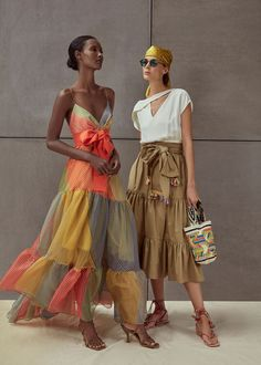 Eclectic Style Gets a Chic Twist From Silvia Tcherassi - - Inspired by the Coast of the Carribean, Silvia Tcherassi Spring Summer 2020 collection has an island-inspired feel about it. Fast Fashion, Fashion 2020, Look Fashion, Fashion News, High Fashion, Fashion Design, Fashion Trends, Woman Fashion, Runway Fashion