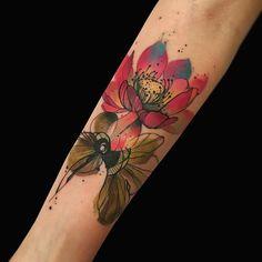 Tatuagem de flor colorida criada por Phellipe Rodrigues de Belo Horizonte.