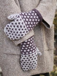 Knitting Patterns Mittens The Fox Grape mittens are knit using two colors of Berroco Tuscan Tweed in an easy-to-knit colorwork… Crochet Baby Mittens, Crochet Mittens Pattern, Knit Mittens, Knitted Gloves, Baby Knitting Patterns, Knitting Socks, Easy Knitting, Fingerless Mittens, Knitting Machine
