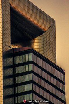 LA PARTE MÁS ALTA DE MADRID  Se trata del remate de Torre Cepsa (antes llamada Torre Bankia, Torre Caja Madrid y Torre Repsol). Está diseñado por Norman Foster y es el edificio más alto de España con un total de 250 metros de altura ¿nos subimos?. © www.barriosdemadrid.net #Madrid #Rascacielos #Skyline
