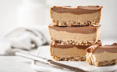 En herligvegansk rå-kakemed knasende skorpe, kremet kaffe- og sjokoladekrem. Denne kaken er superenkel å lage og vi er sikker på at den blir en hit i kaffebesøket! Kaken tar omtrent en halvtime å forberede, men husk at du trenger litt frysetid før den er klar. Healthy Diet Recipes, Vegan Recipes, Living At Home, Vegan Chocolate, Chocolate Cakes, Smoothie Diet, Plant Based Diet, Food Menu, Raw Vegan