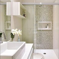Olha que bela proposta de usar pastilhas no banheiro #revestimentosespeciais #mosaicos #pastilhas #naobraprimatem #design #decor #interiores