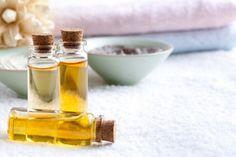 Os óleos essenciais são lipossolúveis, penetram facilmente na pele e rapidamente chegam na corrente sanguínea. Em média 1 gota de óleo essencial equivale a