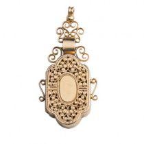 Antiek Victoriaans medaillon in 18 karaat geel goud. Deze antieke medaillon in schildvorm is voorzien van mooie sierkrullen/ajour en werd vervaardigd in een periode rond 1880. Het antieke juweel is ontworpen in een uitgesproken Victoriaanse stijl en heeft een totaal gewicht van 5,6 gram. De afmeting is 4,3 x 2,0 cm.
