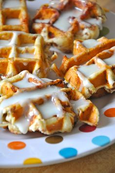 Pillsbury cinnamon rolls cooked in a waffle iron -- I tried this and they are really good! My waffle iron makes 4 square waffles at a time, so I placed one cinnamon roll in the middle of each square. Waffle Iron Cinnamon Rolls, Cinnamon Roll Waffles, Cinnamon Bread, Breakfast And Brunch, Breakfast Dessert, Perfect Breakfast, Yummy Treats, Delicious Desserts, Yummy Food
