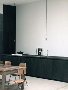 black kitchen Tää on jo liian minimalistinen mun makuun. Black Kitchens, Home Kitchens, Kitchen Black, Luxury Kitchens, Home Design, Kitchen Interior, Kitchen Decor, Home Interior, Kitchen Dining