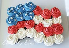of july cupcakes like it's waving in the wind. Many people celebrate the Fourth of July by hosting backyard BBQs and these of July Cupcakes would be a great item to serve as dessert. Fourth Of July Cakes, 4th Of July Desserts, Fourth Of July Food, 4th Of July Party, Pull Apart Cake, Pull Apart Cupcakes, Cupcake Recipes, Cupcake Cakes, Rose Cupcake