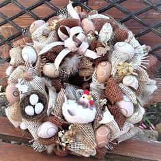 jutový věnec s vajíčky Christmas Wreaths, Holiday Decor, Home Decor, Jute, Christmas Swags, Decoration Home, Holiday Burlap Wreath, Interior Design, Home Interior Design