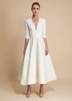 Les robes de mariée et tenues de mariage Delphine Manivet sont en ligne sur l'e-shop. Livraison en France et à l'étranger - Retours produits gratuits.